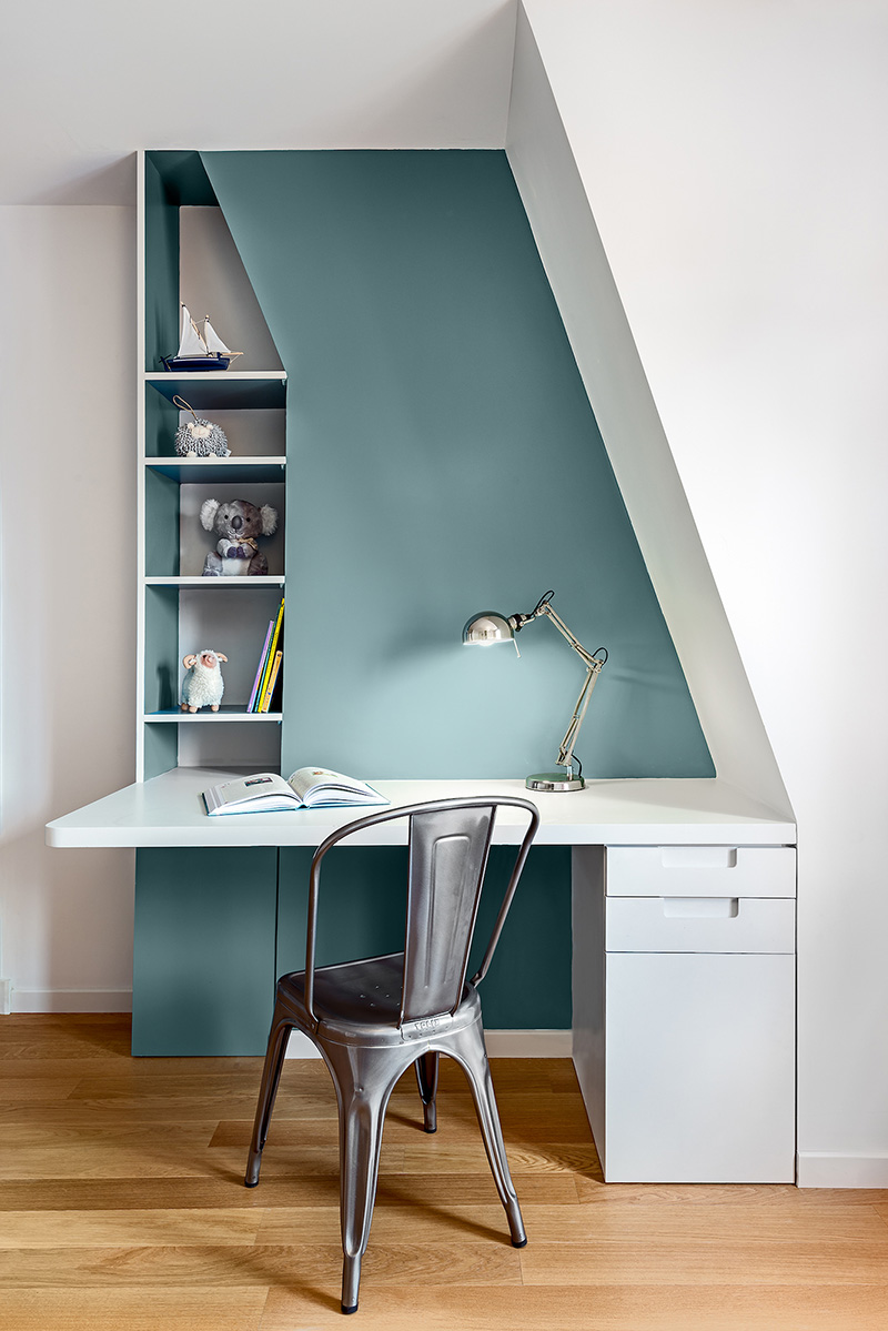 Un bureau aménagé s'adaptant aux déclivités du mur // Design intérieur : Caroline Andreoni - Projet appartement Wagram