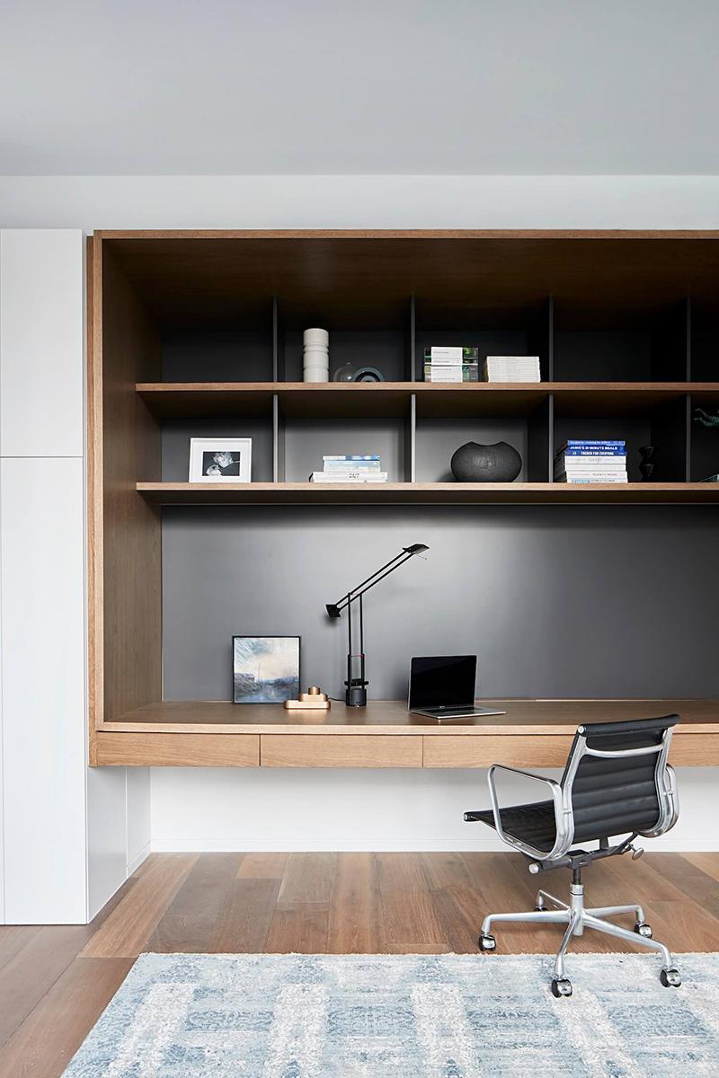 Un bureau mural sur merure aménagé dans un caisson // Design intérieur : Coy Yiontis Architects