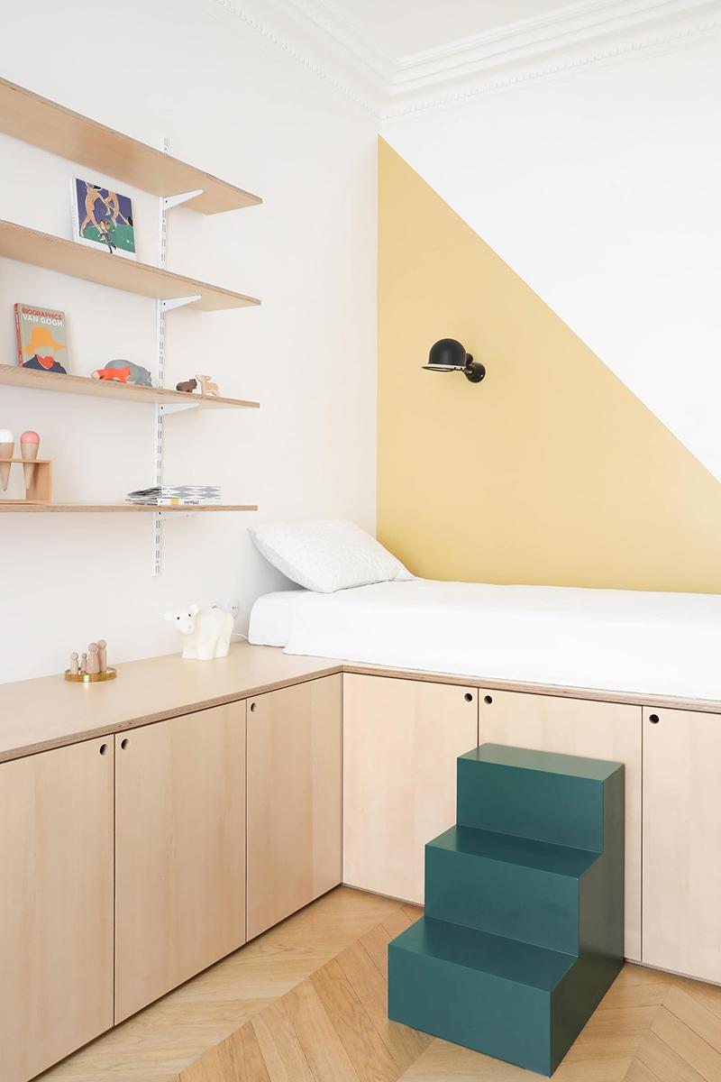 Un bureau de chambre d'enfant en contreplaqué, dessiné par le duo d'architectes d'intérieur Heju