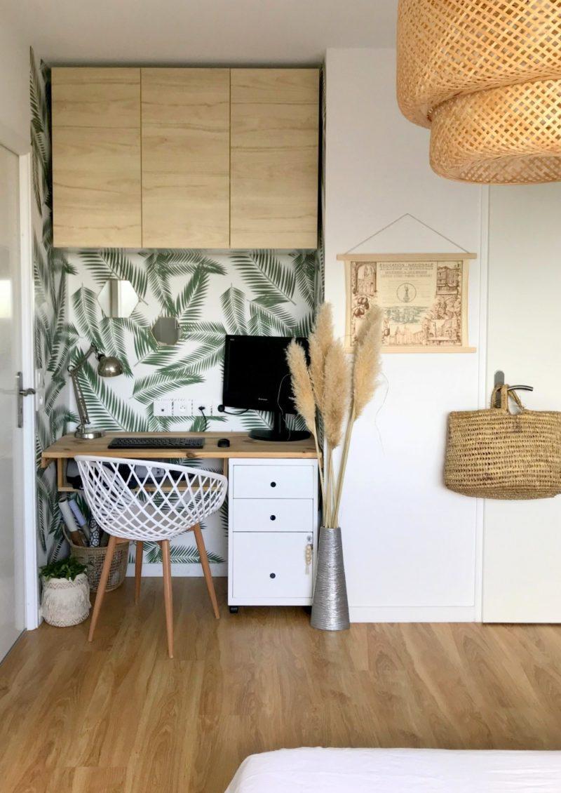 Relooking d'un mini bureau à la maison par jolitipi.com entre un mur et un placard
