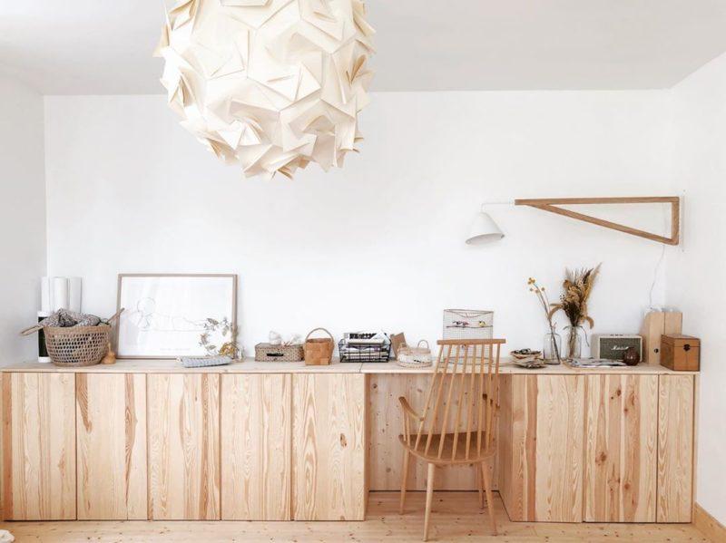Un bureau haut réalisé avec les fameux placards en pin IVAR Ikea par @octobre_et_mai