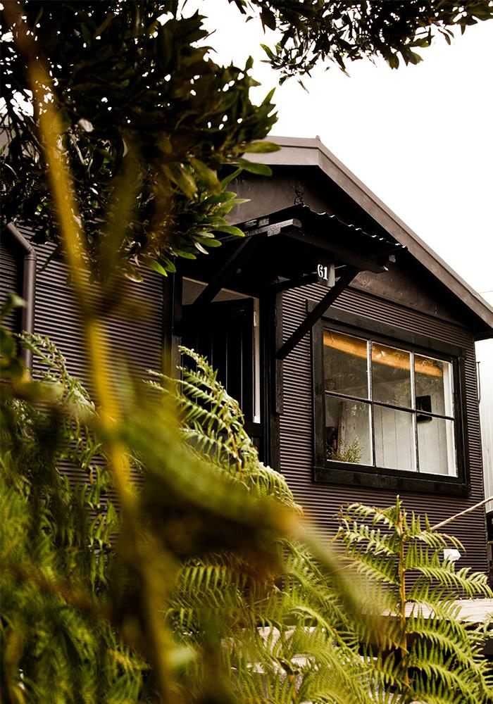 Bushy Summers : une cabane d'été en Tasmanie / Photo : Claire Lloyd // Une cabane peinte en noire, très chic