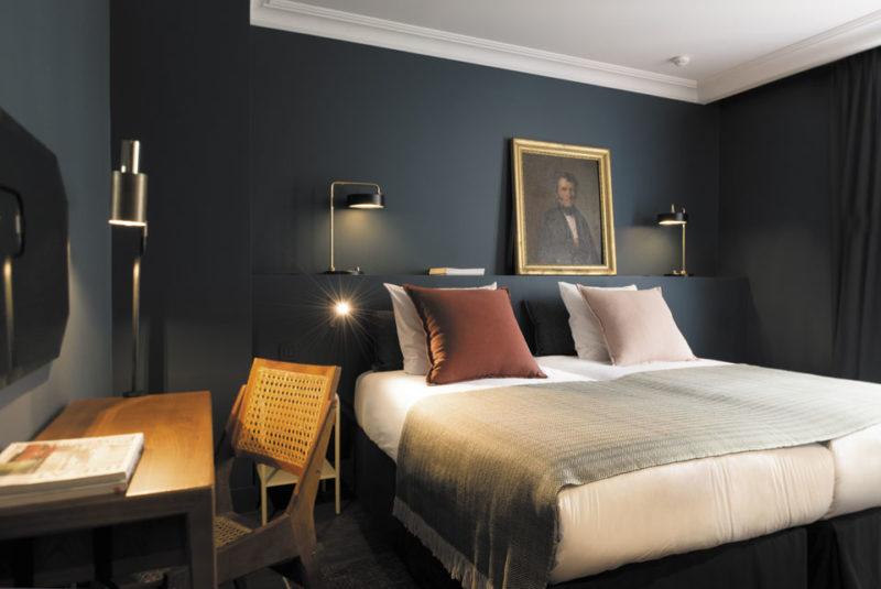 Hôtel C.O.Q. Paris avec un lit présentant deux matelas individuels