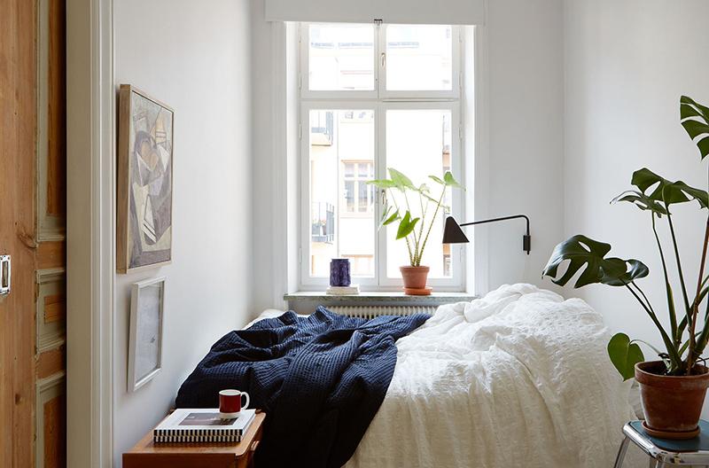 Un appartement suédois avec de bonnes idées gain de place // Une petite chambre avec le lit positionné dans un coin