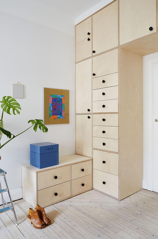 Un appartement suédois avec de bonnes idées gain de place // Des placards en contreplaqué de boulot