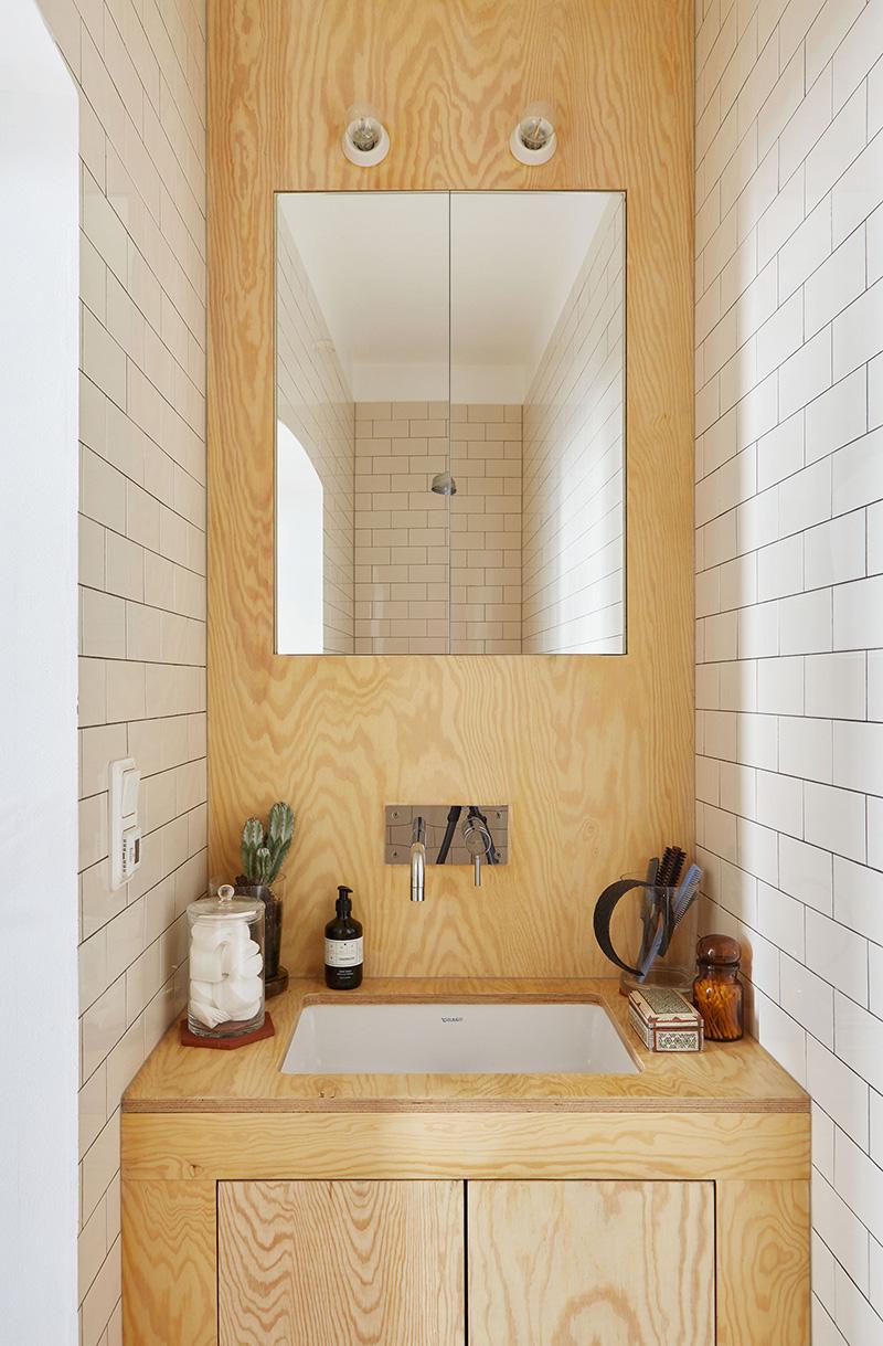 Un appartement suédois avec de bonnes idées gain de place // Aménagement d'un meuble de salle de bains en pin