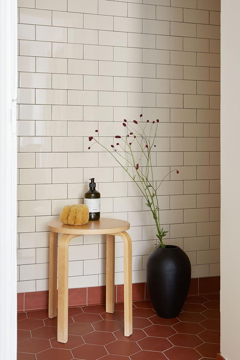 Un appartement suédois avec de bonnes idées gain de place // Carreaux de faïence blanche et sol en tomette