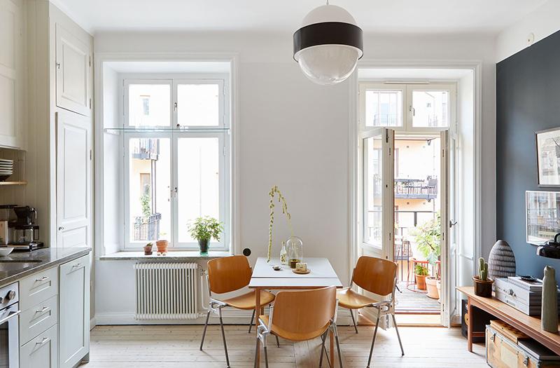 Un appartement suédois avec de bonnes idées gain de place // De grandes fenêtres ouvrent sur un balcon