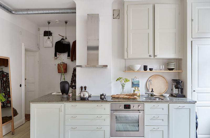 Un appartement suédois avec de bonnes idées gain de place // Une cuisine qui utilise judicieusement l'angle et une partie du couloir