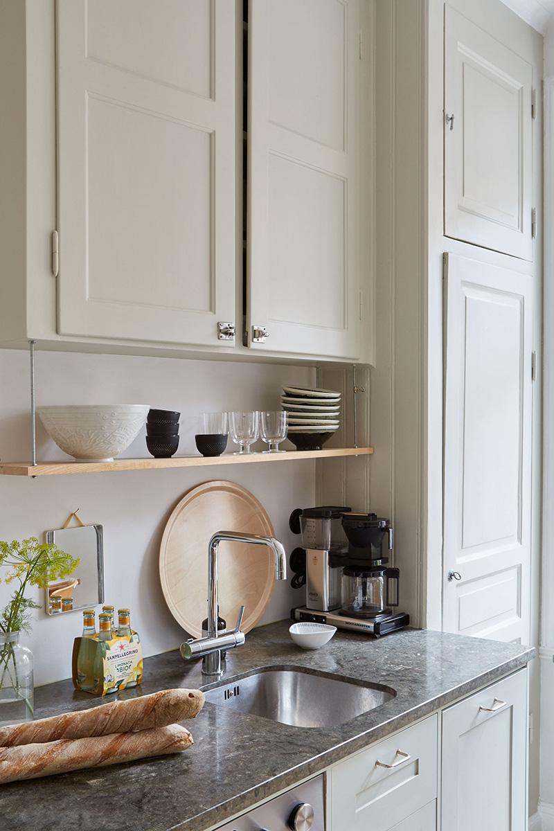Un appartement suédois avec de bonnes idées gain de place // Des placards de cuisine jusqu'au plafond