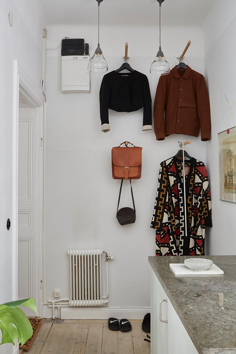Un appartement suédois avec de bonnes idées gain de place // Une entrée avec de longues patères pour suspendre les vêtements