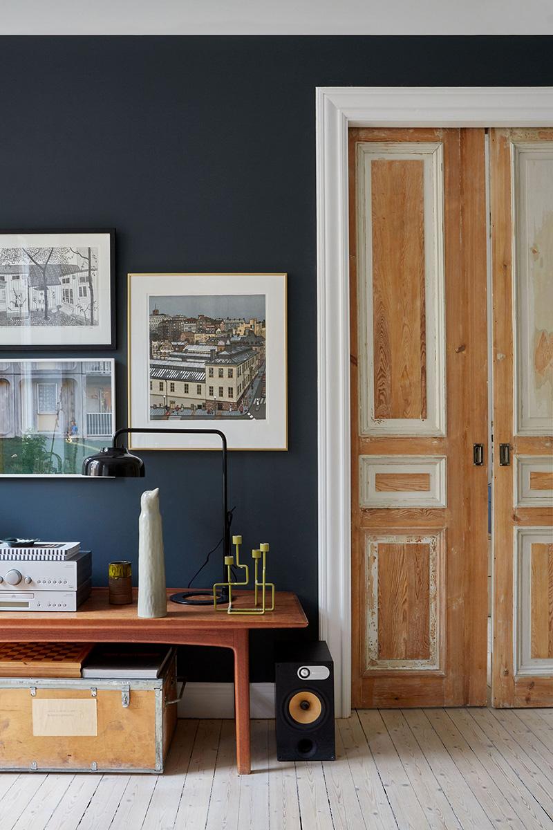 Un appartement suédois avec de bonnes idées gain de place // De vieilles portes décapées, laissées dans leur jus