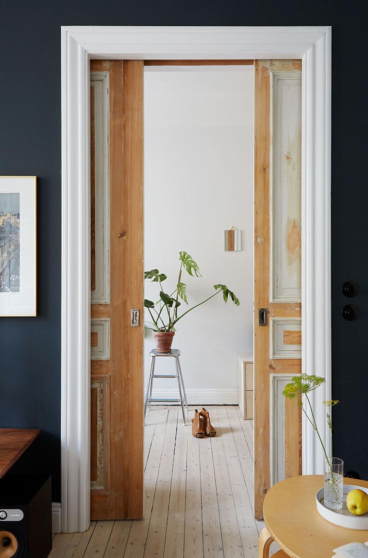 Un appartement suédois avec de bonnes idées gain de place // De vieilles portes décapées, adaptées en galandage