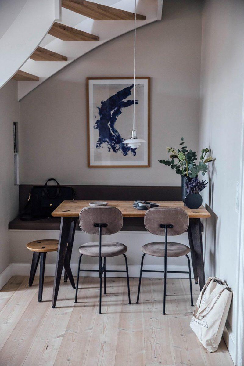 L'appartement de Line Borella à Copenhague, aménagé dans des combles - Petit coin repas aménagé sous l'escalier