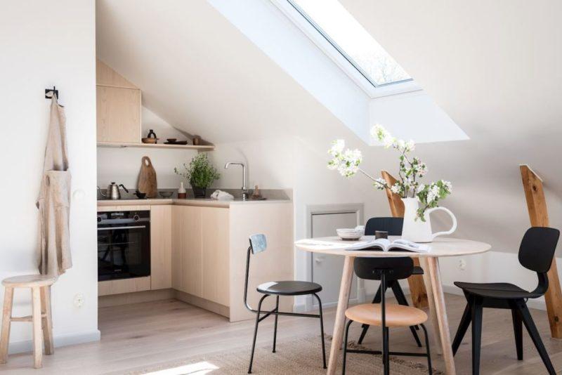 Un appartement sous les combles à l'ambiance scandinave actuelle - Un coin cuisine qui englobe la pente du toit