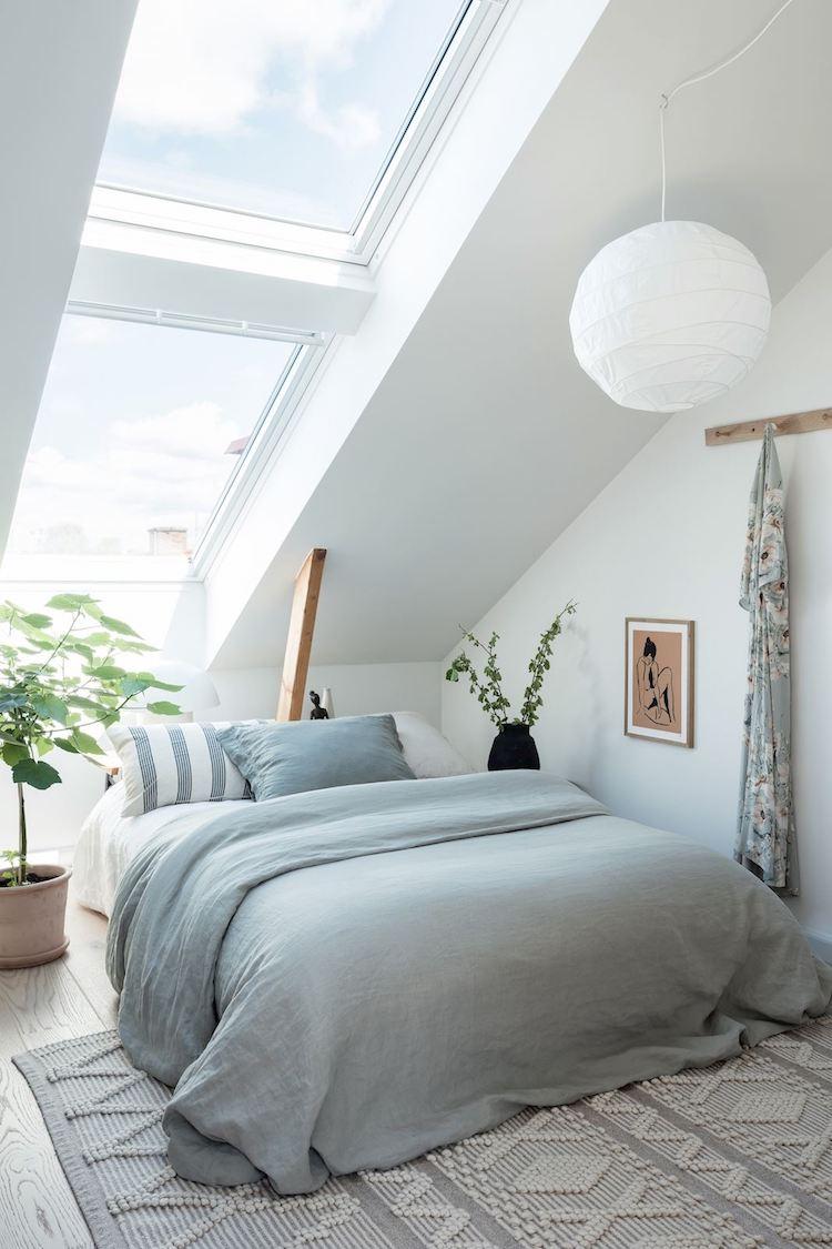 Un appartement sous les combles à l'ambiance scandinave actuelle - Belle chambre avec une grande fenêtre de toit