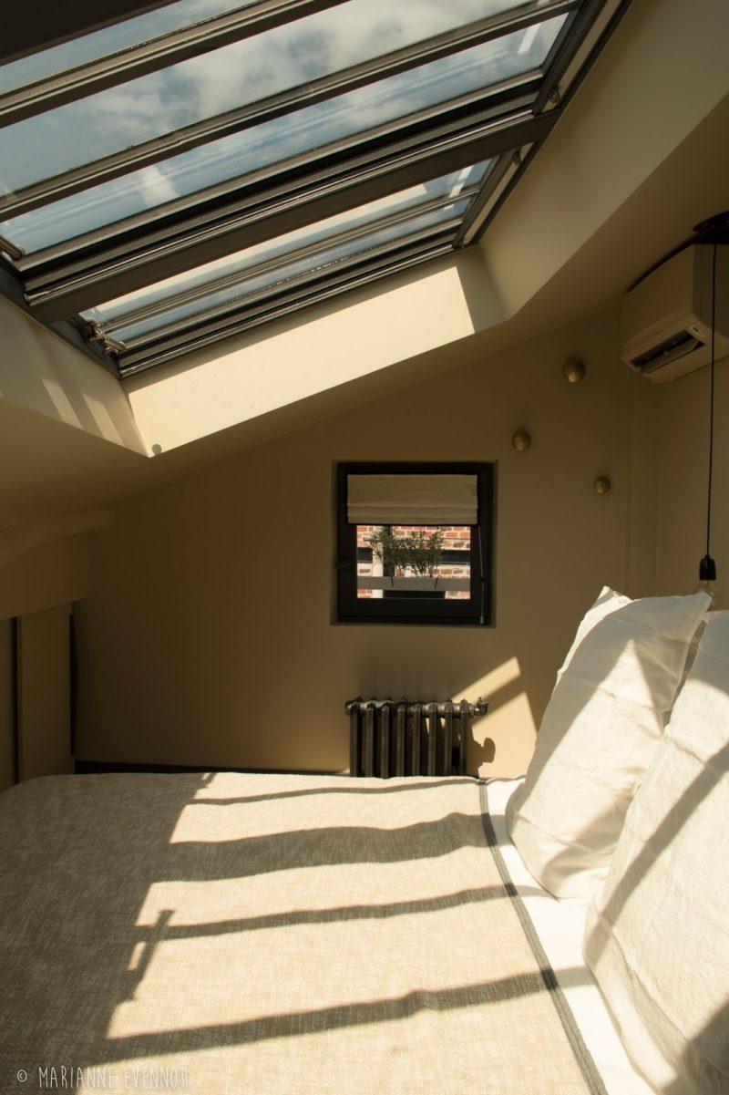 Un adorable appartement, sous les toits de Paris par l'architecte Marianne Evennou - On adore les fenêtres de toit au-dessus du lit