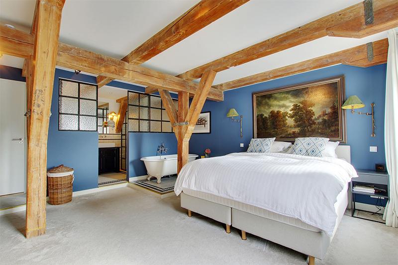 Une chambre parentale avec deux lits individuels