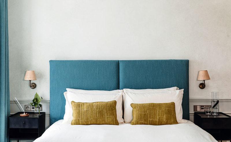 Double tête de lit pour cette chambre double de l'hôtel Hoy à Paris