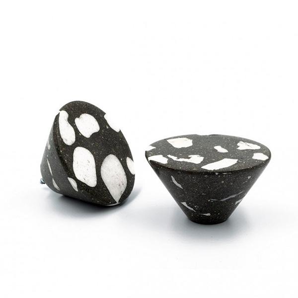 Bouton de meuble conique, en ciment Terrazzo,BanaterEisen, 31,50 €.