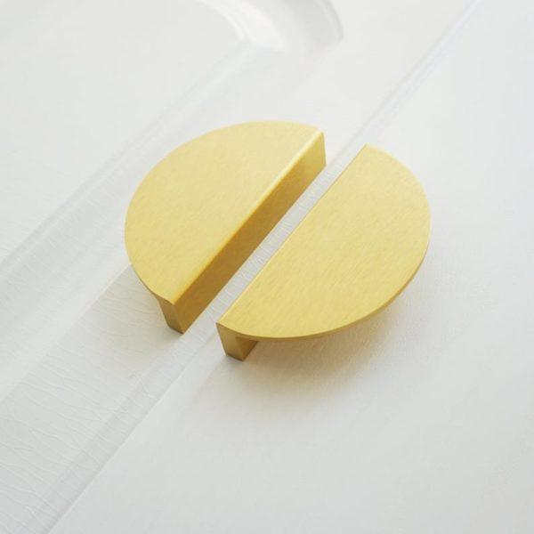 Poignée de placard en laiton brossé, demi-cercle, BestHardwareStore, 4,68 €.