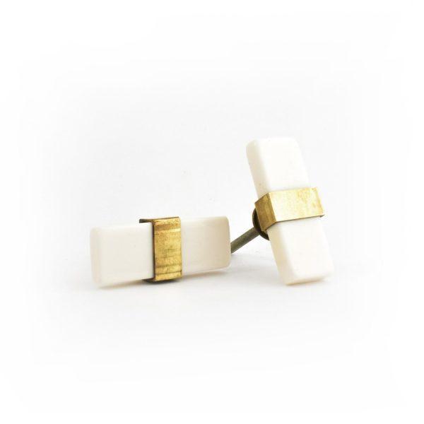 Bouton de meuble rectangulaire, en résine blanche et laitonDoUpShop, 6,99 €.