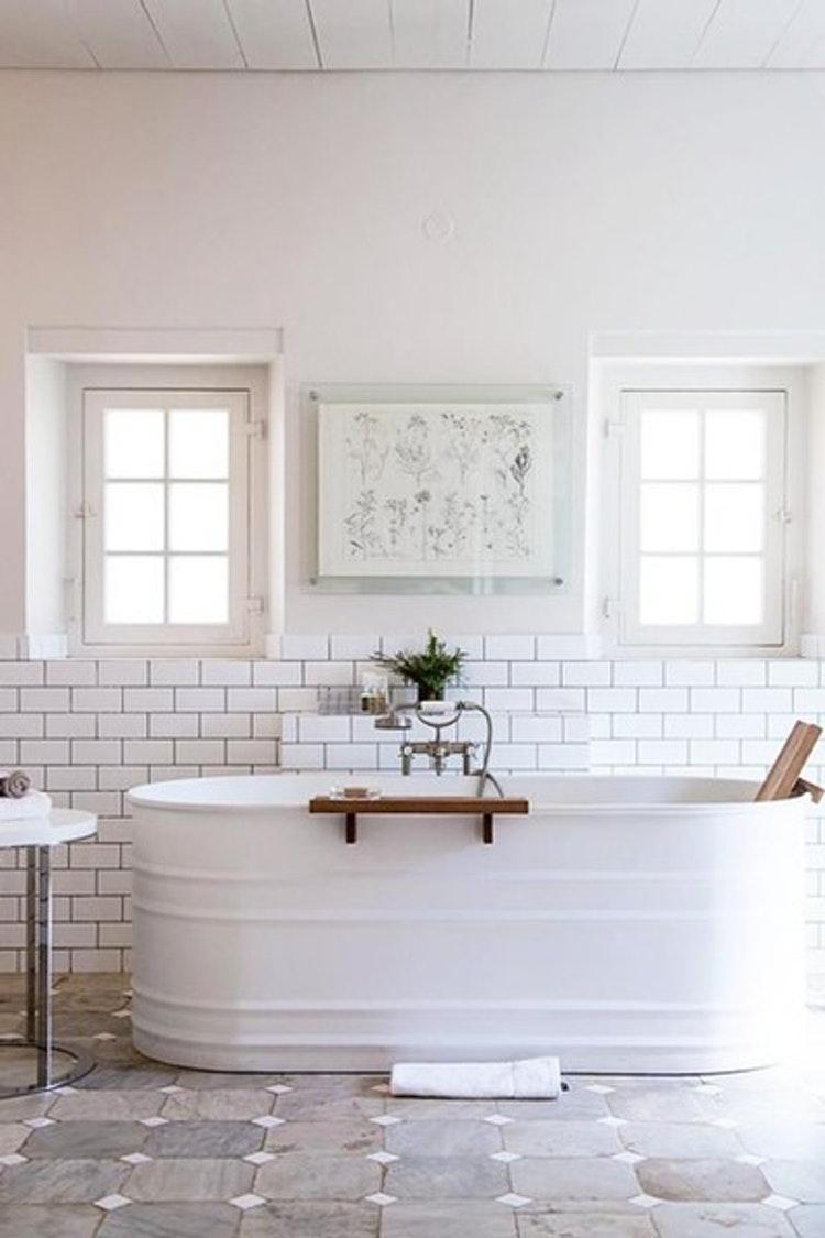 Salle de bains rustique moderne avec un très beau modèle de baignoire îlot au look d'ancien baquet