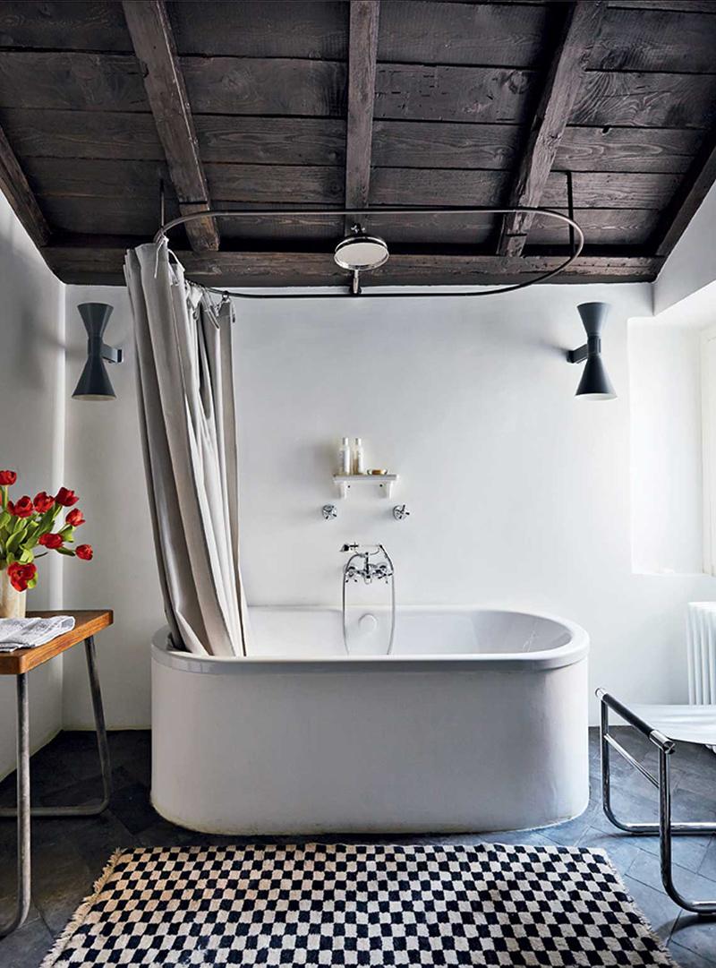 Un petit côté vintage moderne pour cette salle de bains milanaise par le studio CLS Architet