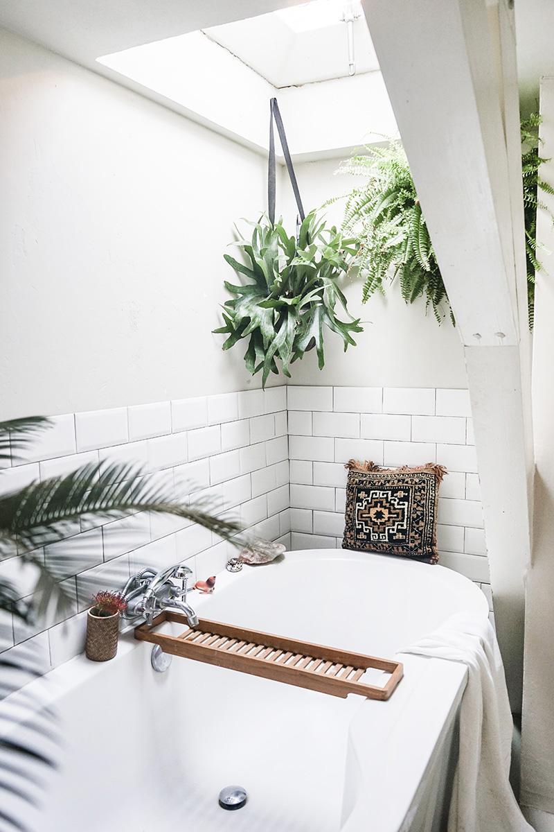 Comme une envie d'une baignoire îlot ou semi-îlot // Une baignoire semi-îlot sous fenêtre de toit avec plantes vertes