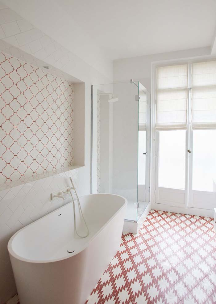 Une baignoire îlot à côté d'une douche // CGC architectes - Projet Malherbes