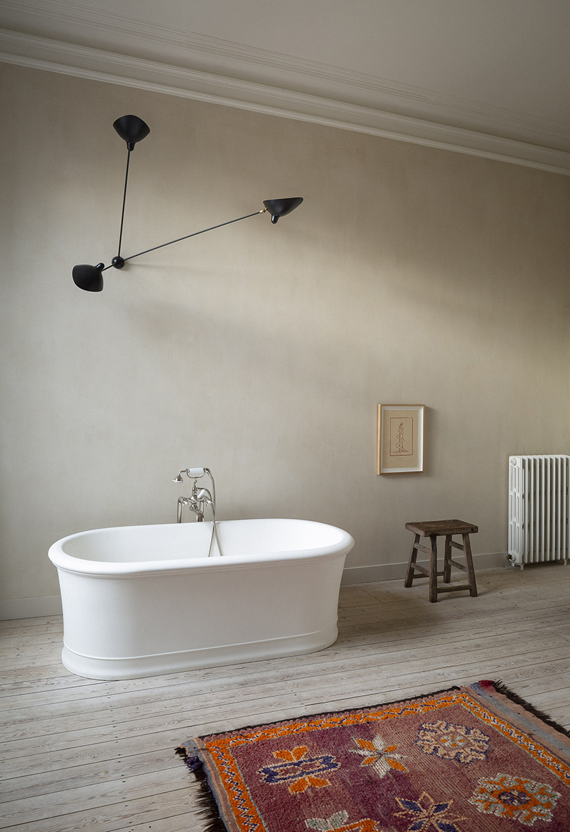 Ambiance minimaliste wabi sabi pour cette salle de bain avec baignoire îlot design