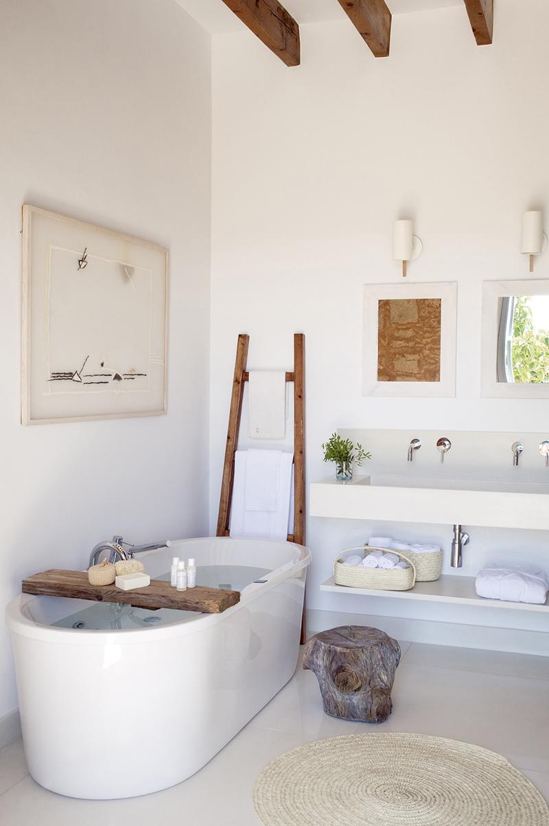 Ambiance zen et ethnique pour cette salle de bains et sa belle baignoire îlot