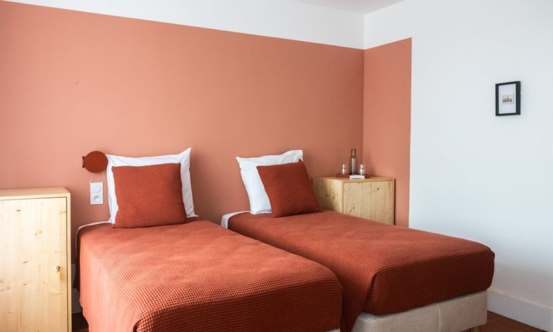 Hôtel Voltaire à Arles - Chambre avec double lits individuels dans des tonalités terracotta