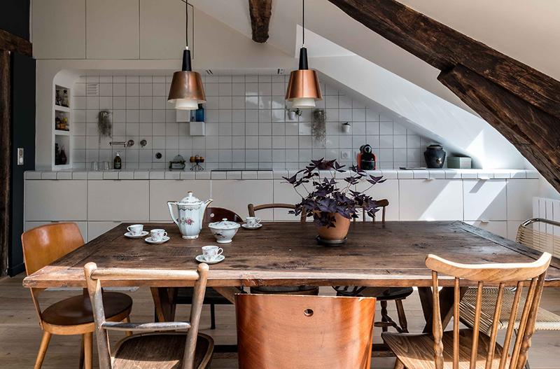 Combles rénovés par l'architecte Mélanie Gonin - Une cuisine qui englobe la pente du toit