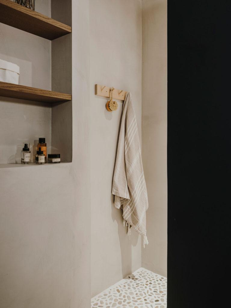 Salle de bains en béton ciré dans une teinte sable // Projet Narci Oller à Barcelone par le studio Conti, Cert