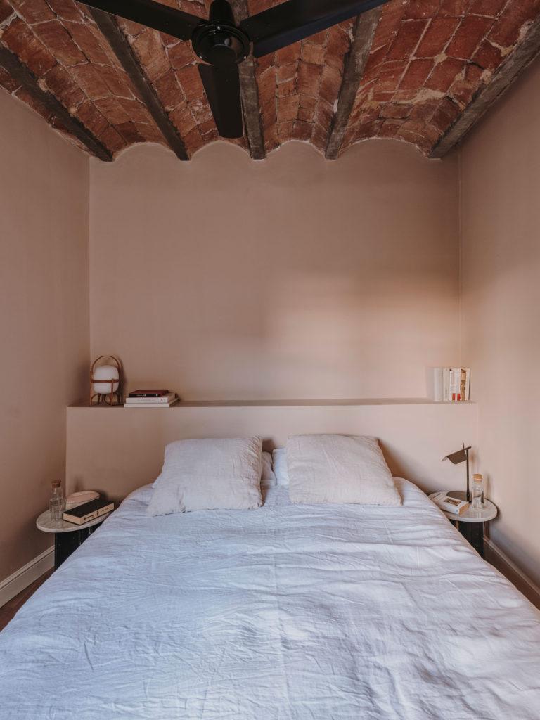 Petite chambre étroite dans des tonalités nude // Projet Narci Oller à Barcelone par le studio Conti, Cert