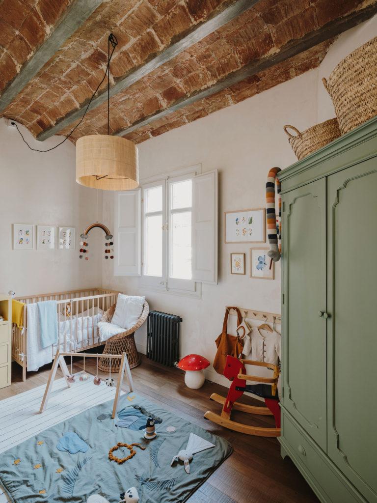 Adorable chambre de bébé vintage moderne // Projet Narci Oller à Barcelone par le studio Conti, Cert