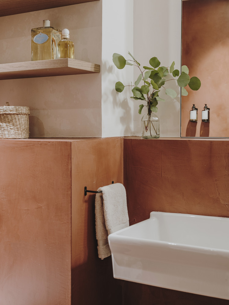 Salle de bains en béton ciré dans une teinte terracotta // Projet Narci Oller à Barcelone par le studio Conti, Cert