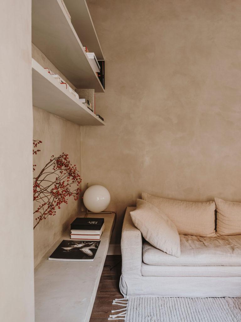 Murs texturés avec un enduit beige avec des étagères sur mesure // Projet Narci Oller à Barcelone par le studio Conti, Cert