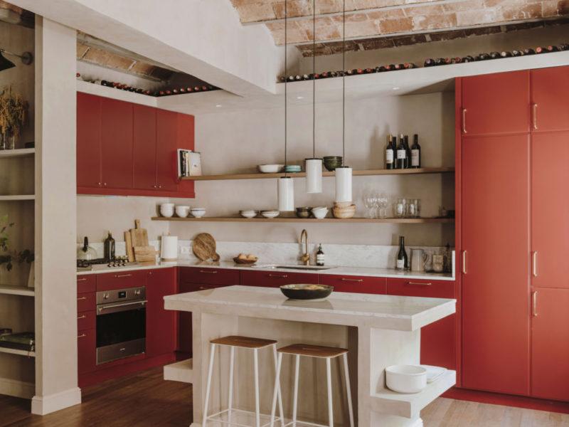 Une cuisine ouverte au meuble laqué rouge grenat // Projet Narci Oller à Barcelone par le studio Conti, Cert