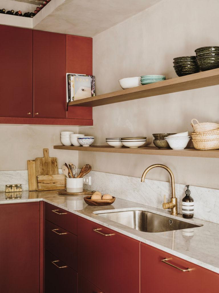 Placard laqué rouge, chêne et marbre pour cette cuisine // Projet Narci Oller à Barcelone par le studio Conti, Cert