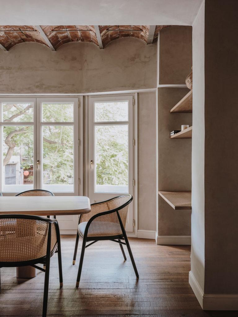 Salle à manger avec des fauteuils de table en cannage pour un décor minimaliste slow design // Projet Narci Oller à Barcelone par le studio Conti, Cert