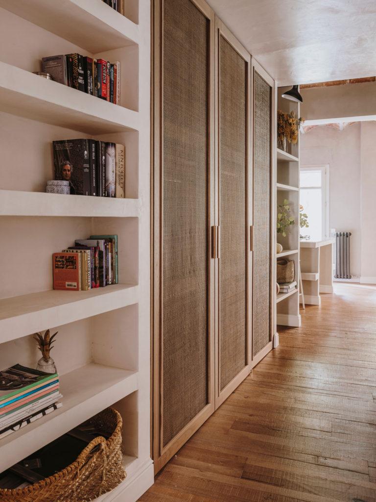 Placard dressing en bois et rotin // Projet Narci Oller à Barcelone par le studio Conti, Cert