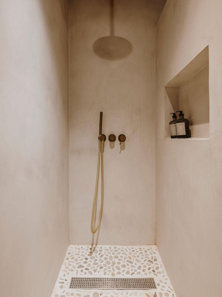 Douche en béton ciré dans une teinte sable // Projet Narci Oller à Barcelone par le studio Conti, Cert