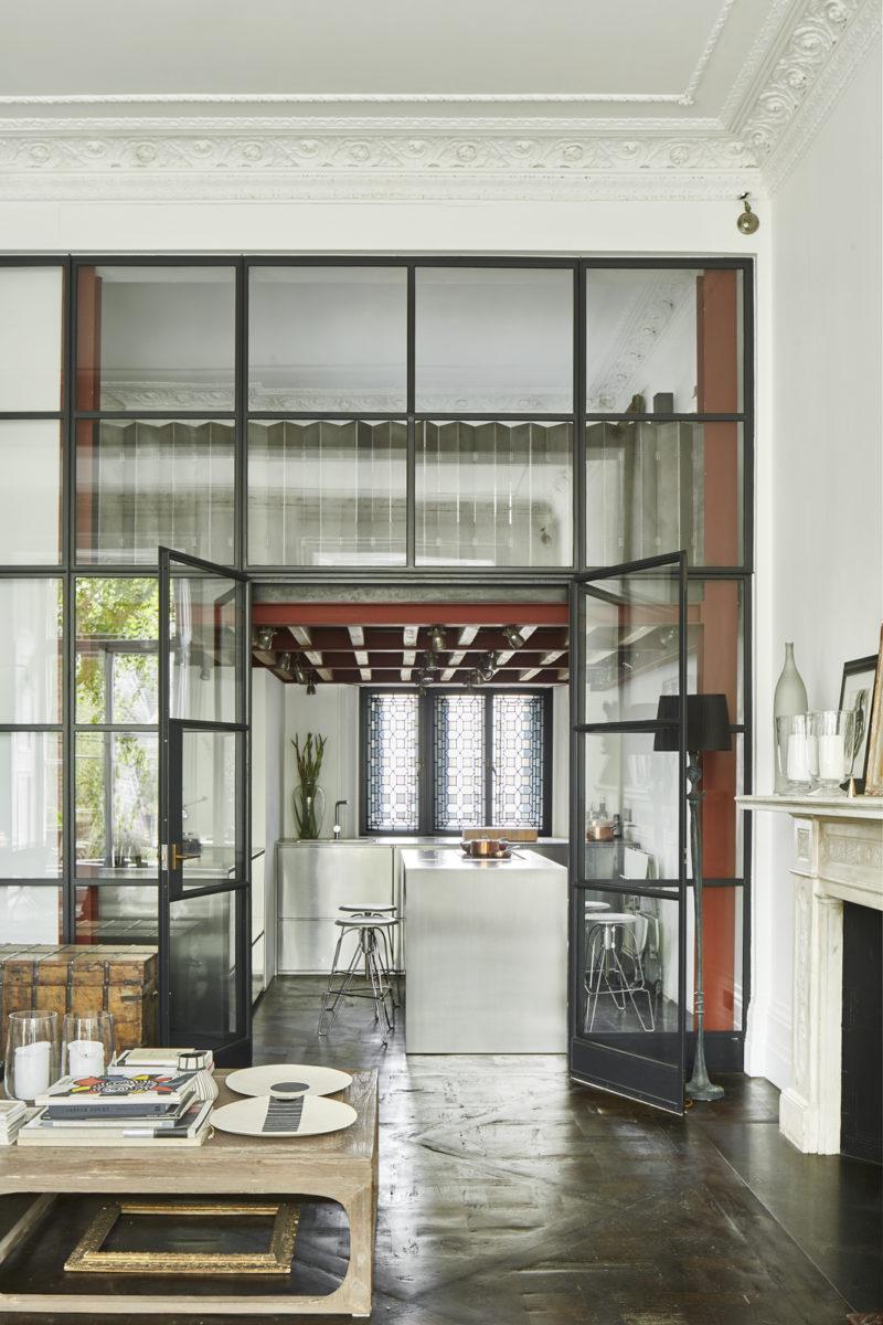 Grande verrière atelier ouvrant sur la cuisine en inox // Un duplex éclectique et stylé dans une ancienne salle de bal à Londres