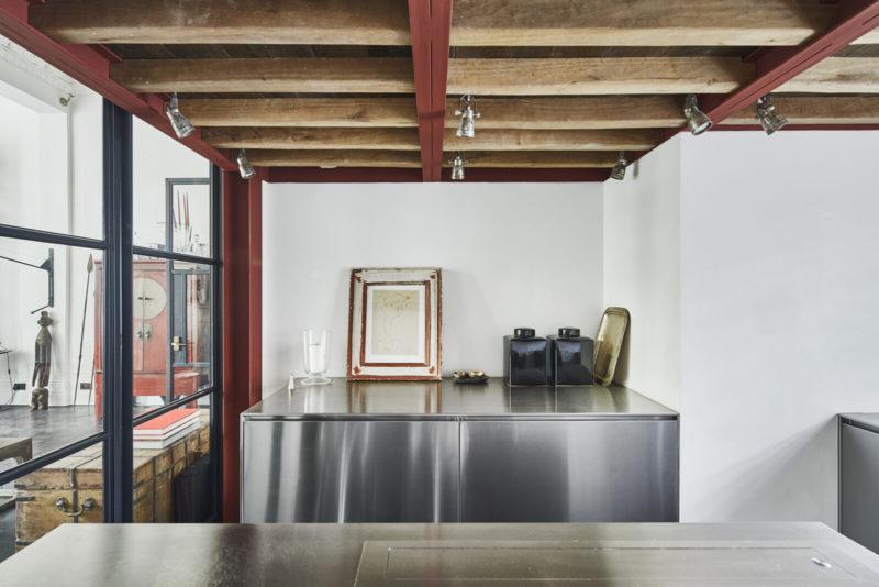Cuisine en inox // Un duplex éclectique et stylé dans une ancienne salle de bal à Londres