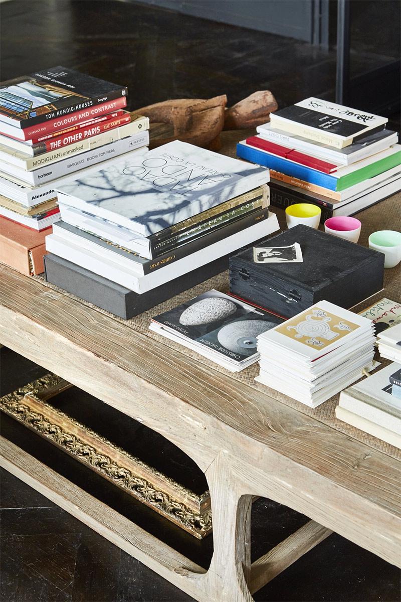 Bois brut et livres d'art sur la table basse du salon // Un duplex éclectique et stylé dans une ancienne salle de bal à Londres