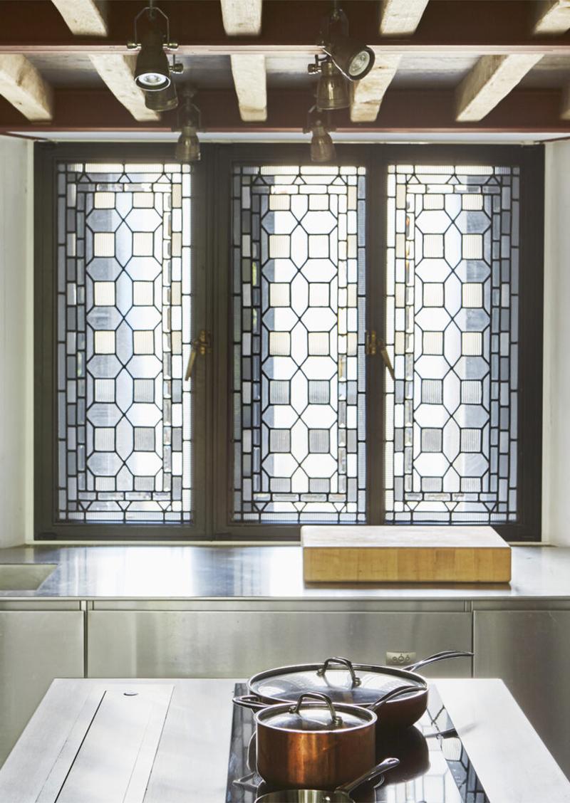 Fenêtre en mosaïque XIXe // Un duplex éclectique et stylé dans une ancienne salle de bal à Londres