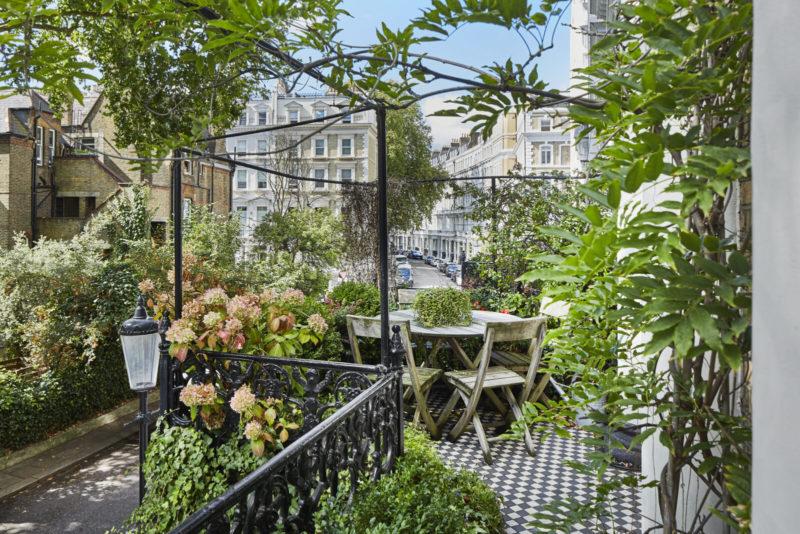 Balcon verdoyant donnant sur une rue de Kensington à Londres