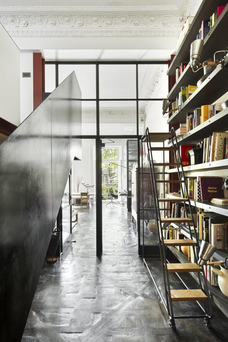 Escalier, verrière et bibliothèque en acier Verrière atelier // Un duplex au décor éclectique et stylé dans une ancienne salle de bal à Londres